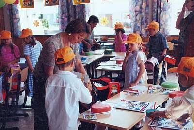Schuleingang 2002 - Das Klassenzimmer wird in Besitz genommen.