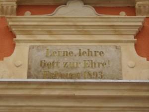 Inschrift über der Eingangstür
