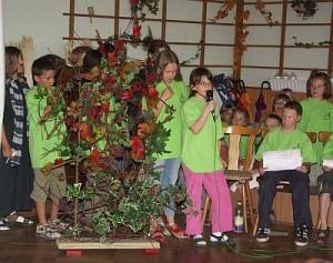 Die Kinder stellen dem Publikum den Grund der Aufführung vor