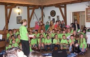 Frau Haufe dirigiert den Chor