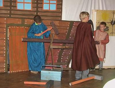 Noahs Söhne beginnen mit dem Bau der Arche