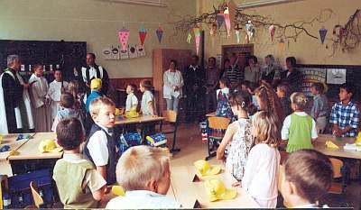 Schuleingang 2003 - Auch Pfarrer Führer und Pfarrer Frey sind dabei.