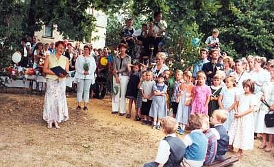 Schuleingang 2003 - Zuckertütenausgabe auf dem Schulhof
