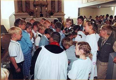 Dann hat Pfarrer Führer ein interessantes Geschenk zur Einschulung.