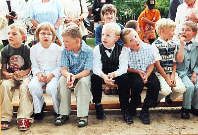 rechts sitzen: Antonius, Christian, Paul, Dominik. Sie warten alle gespannt..