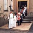 Feierlich geht es nun zum Einschulungsgottesdienst in die Kirche.