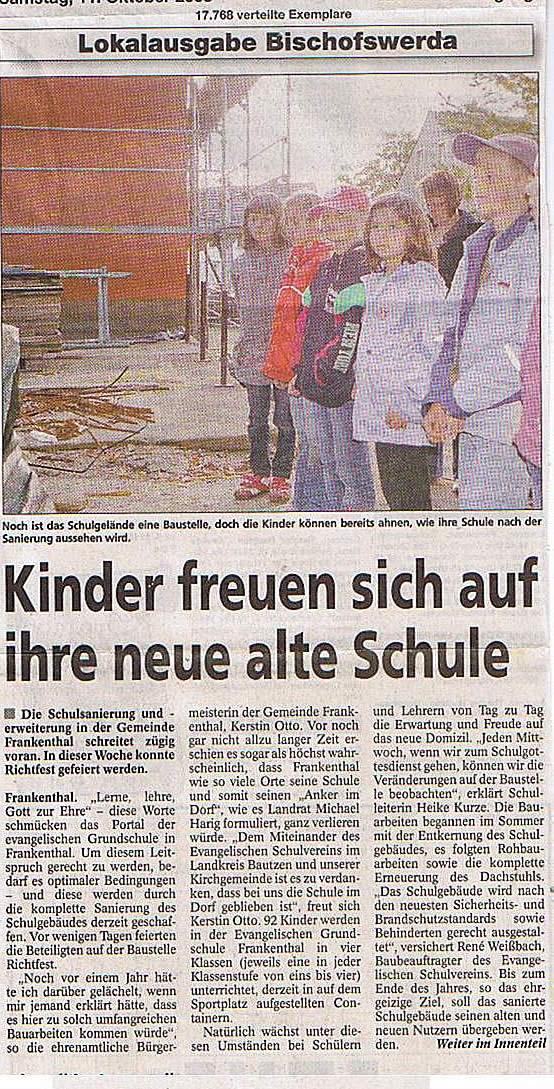 Kinder freuen sich auf ihre neue alte Schule